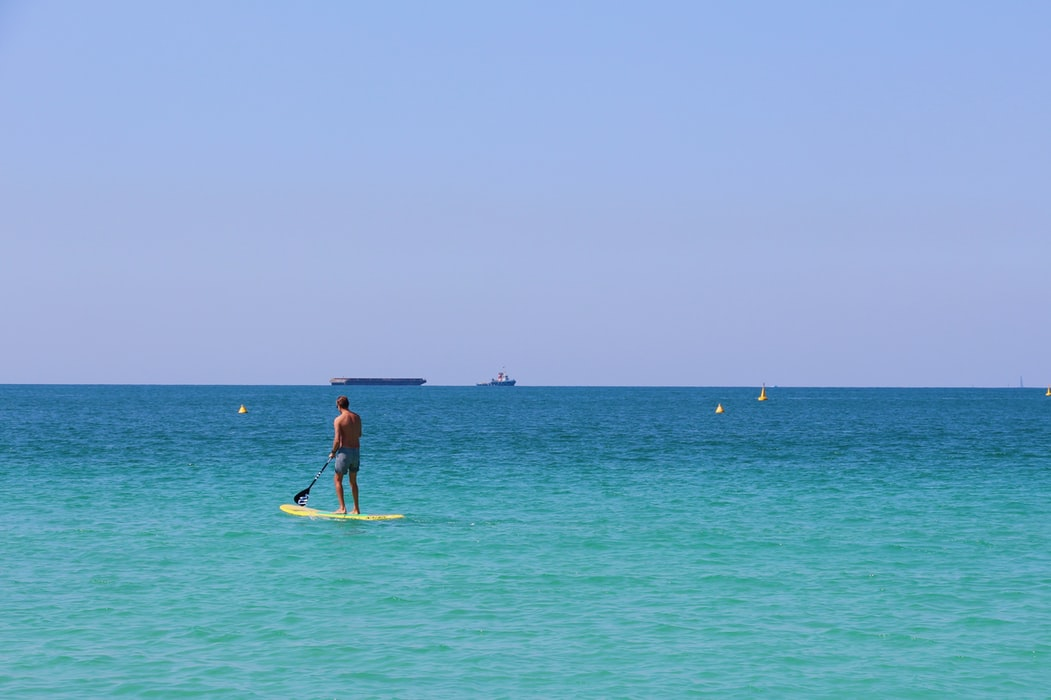 un homme sur une planche de paddle