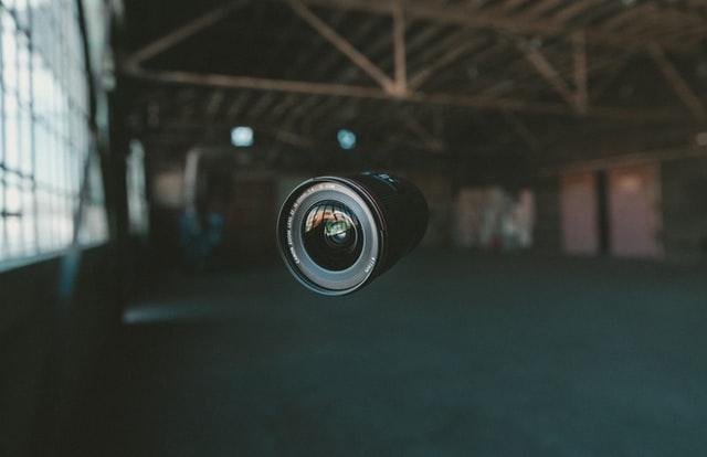 une caméra suspendue